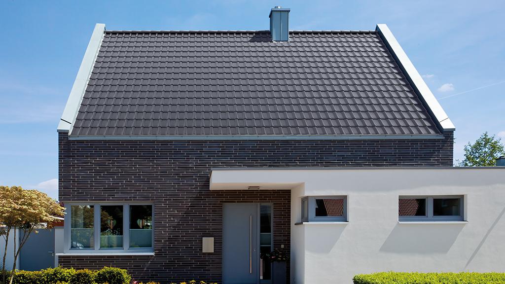 ABC-Klinker Referenzen Dachziegel Teuto-Flachdachziegel Modena 11 Schieferschwarz Objekt Einfamilienhaus