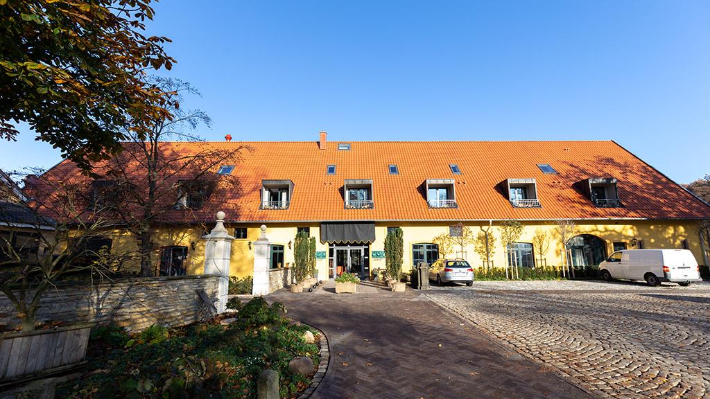 ABC-Klinker_Dachziegel_770100_Teuto-Hohlfalzziegel mit Gradschnitt Naturrot_Objekt Hotel Rittergut_Georgsmarienhütte (1)